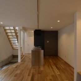 玄関から連なるオープン階段とDK (k house)