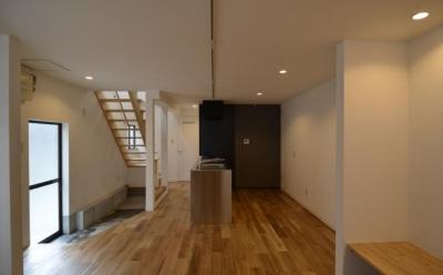 k house (玄関から連なるオープン階段とDK)
