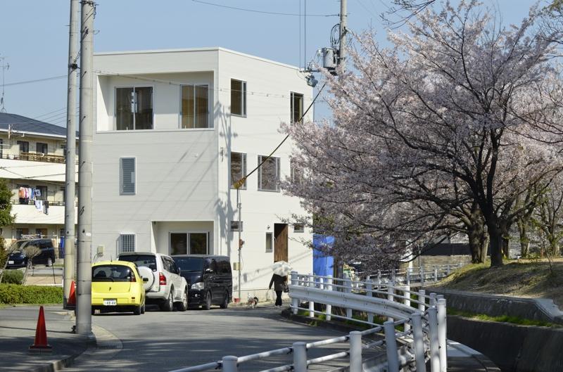 short cake houseの部屋 桜並木に映える白いキューブ型の外観