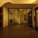 ライトアップされた中庭と広々とした玄関ホール