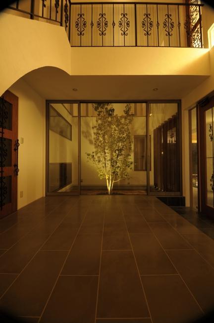 h-houseの部屋 ライトアップされた中庭と広々とした玄関ホール
