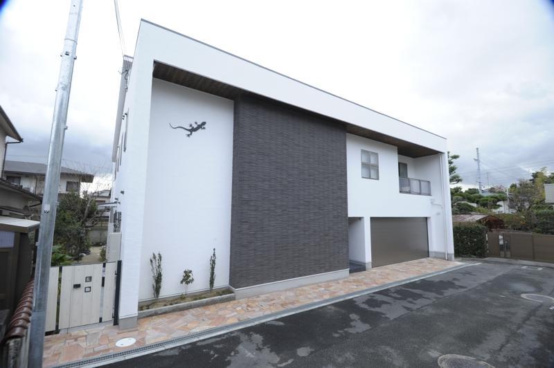 h-house (ビルトインガレージの白い外観)