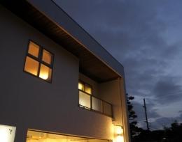 h-house (ビルトインガレージの白い外観(夜景))