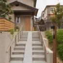 M邸 RE12の写真 スロープ付き階段のある外観