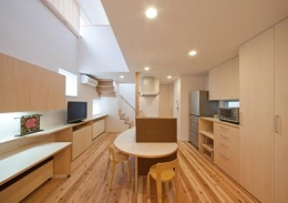 M邸 RE12 (ダイニングキッチン、階段を眺める)