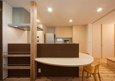 ダイニングテーブル付きのキッチン (M邸 RE12)