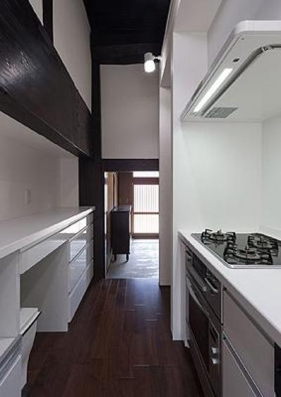 収納たっぷりの白いキッチン (H邸 RE13)