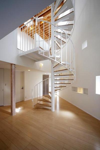 3階まで続く螺旋階段 (サンサンハウス)