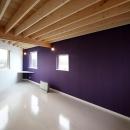紫の壁が目を引く洋室