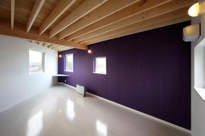 紫の壁が目を引く洋室 (サンサンハウス)