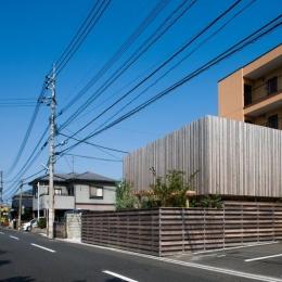 回廊の家-板塀のある外観