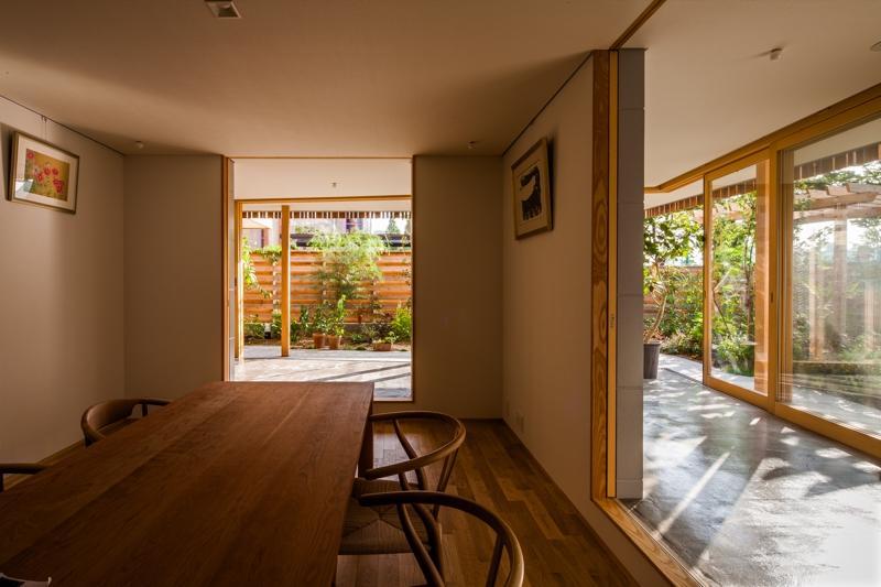 回廊の家の部屋 どこにいても緑を感じられる空間