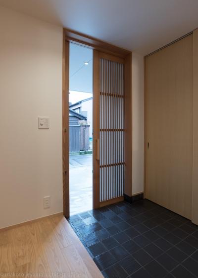 玄関 (東山の家2|伝統環境保存区域の狭小敷地住宅)