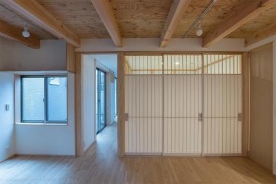 リビング (東山の家2|伝統環境保存区域の狭小敷地住宅)