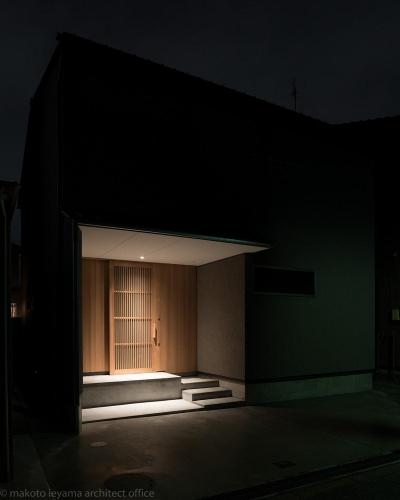 東山の家2 伝統環境保存区域の狭小敷地住宅 (夜景)