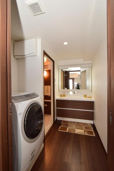 三面鏡収納付きの洗面所 (デットスペースをなくすリノベーション)