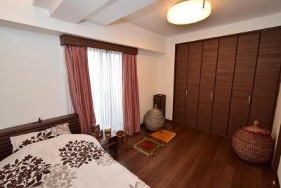 落ち着きのあるベッドルーム (デットスペースをなくすリノベーション)