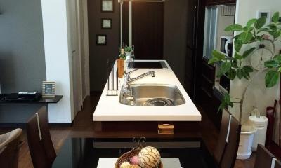 Modern Warm Style (一直線につづく使い勝手の良いキッチン)