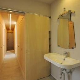 KJ-house (個性的な鏡のある洗面エリア)