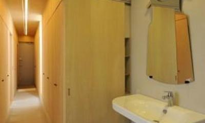 個性的な鏡のある洗面エリア|KJ-house