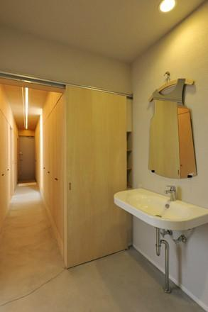 KJ-houseの部屋 個性的な鏡のある洗面エリア