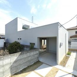 白い外観 (KJ-house)