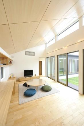 YT-teiの部屋 勾配天井の中庭が望めるリビング