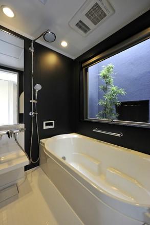 YT-teiの部屋 大きな開口のあるバスルーム