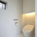 間接照明のある白いトイレ