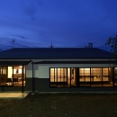 KK-teiの写真 明かりの灯った平屋建外観