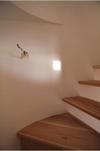 smoke hutの部屋 飾り棚のある階段