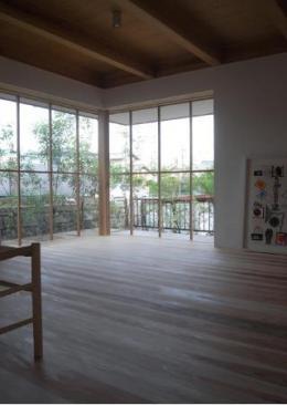 Dormer Hut (大きなコーナー窓で光を取り入れるリビング)