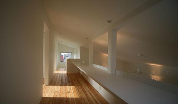 Kawasoe-Houseの部屋 吹き抜けに面したカウンター