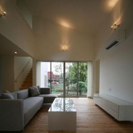 Kawasoe-House (吹き抜けとシーリングファンのあるLDK)