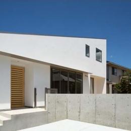 Honjyou-House (白い外観・駐車スペース)