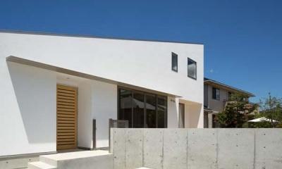 白い外観・駐車スペース|Honjyou-House