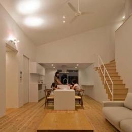 吹き抜けとシーリングファンのある開放的なLDK (Honjyou-House)
