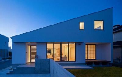 Honjyou-House (明かりの灯った白い外観)