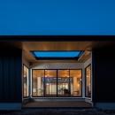 黒いガルバリウム鋼板の外観(夕景)