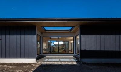 平屋・回廊の家 (黒いガルバリウム鋼板の外観)