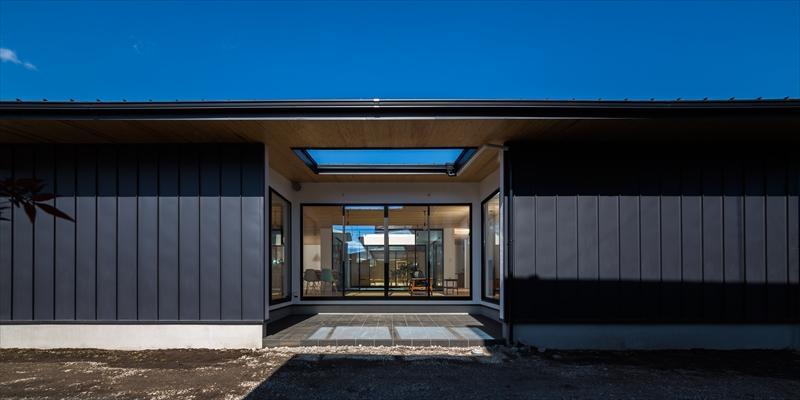 平屋・回廊の家の部屋 黒いガルバリウム鋼板の外観
