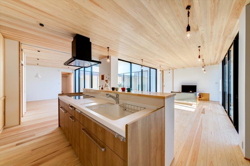 木目調のアイランドキッチンのあるLDK (平屋・回廊の家)