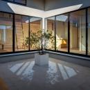平屋・回廊の家の写真 回廊から中庭を建物内部を望む