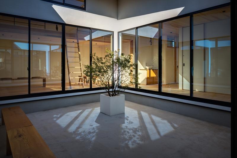 平屋・回廊の家の部屋 回廊から中庭を建物内部を望む
