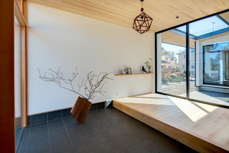 平屋・回廊の家の部屋 飾り棚のある広々とした玄関