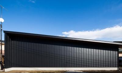 平屋・回廊の家 (黒いガルバリウム鋼板の外壁)