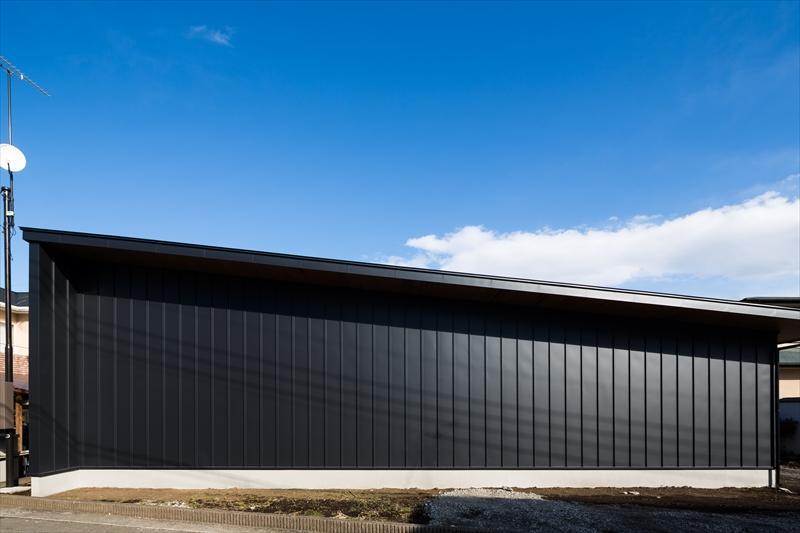 平屋・回廊の家の部屋 黒いガルバリウム鋼板の外壁