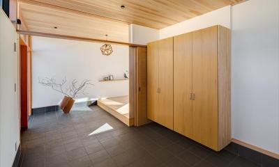 平屋・回廊の家 (収納棚のある広々とした玄関土間)