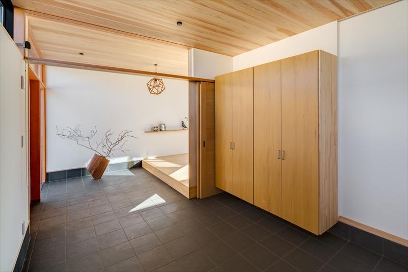 平屋・回廊の家の部屋 収納棚のある広々とした玄関土間