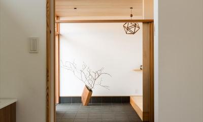 平屋・回廊の家 (杉天井の広々とした玄関土間)